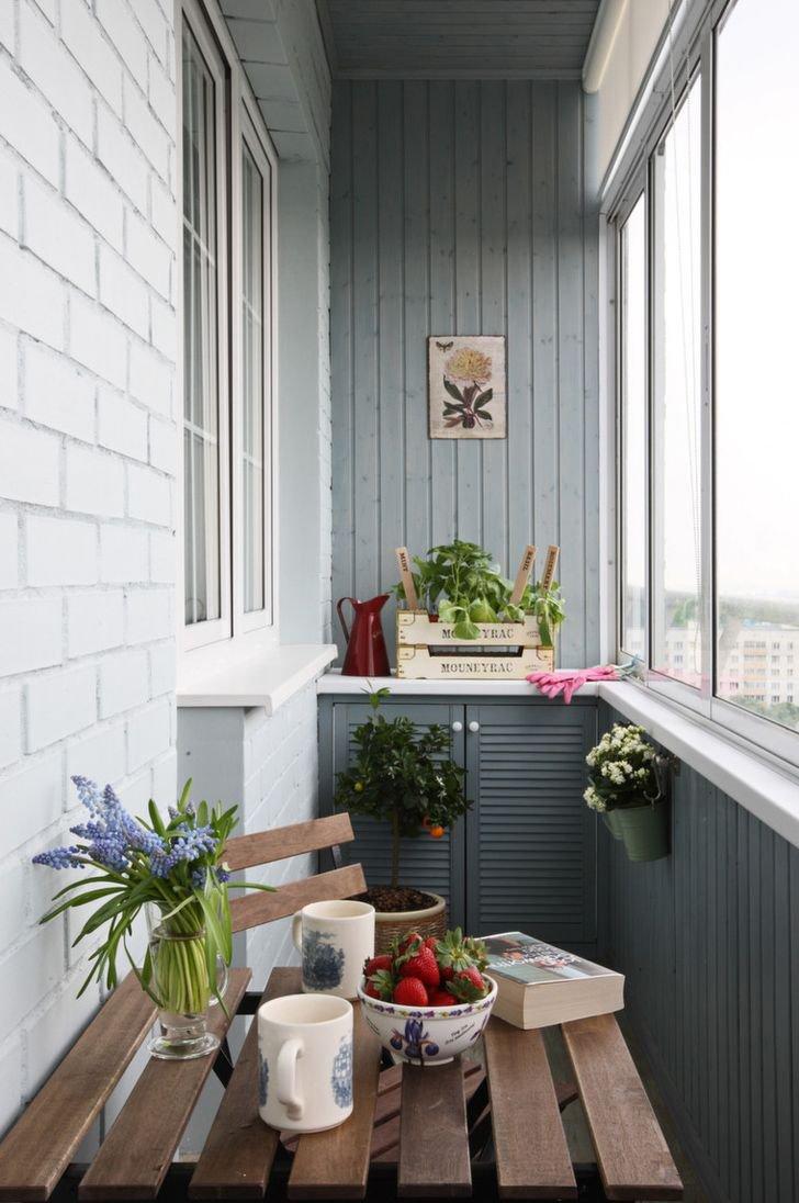 Дизайн маленькой кухни с балконом 44 фото кухня с большим окном и балконной дверью интерьер небольшой П-образной кухни с балконом