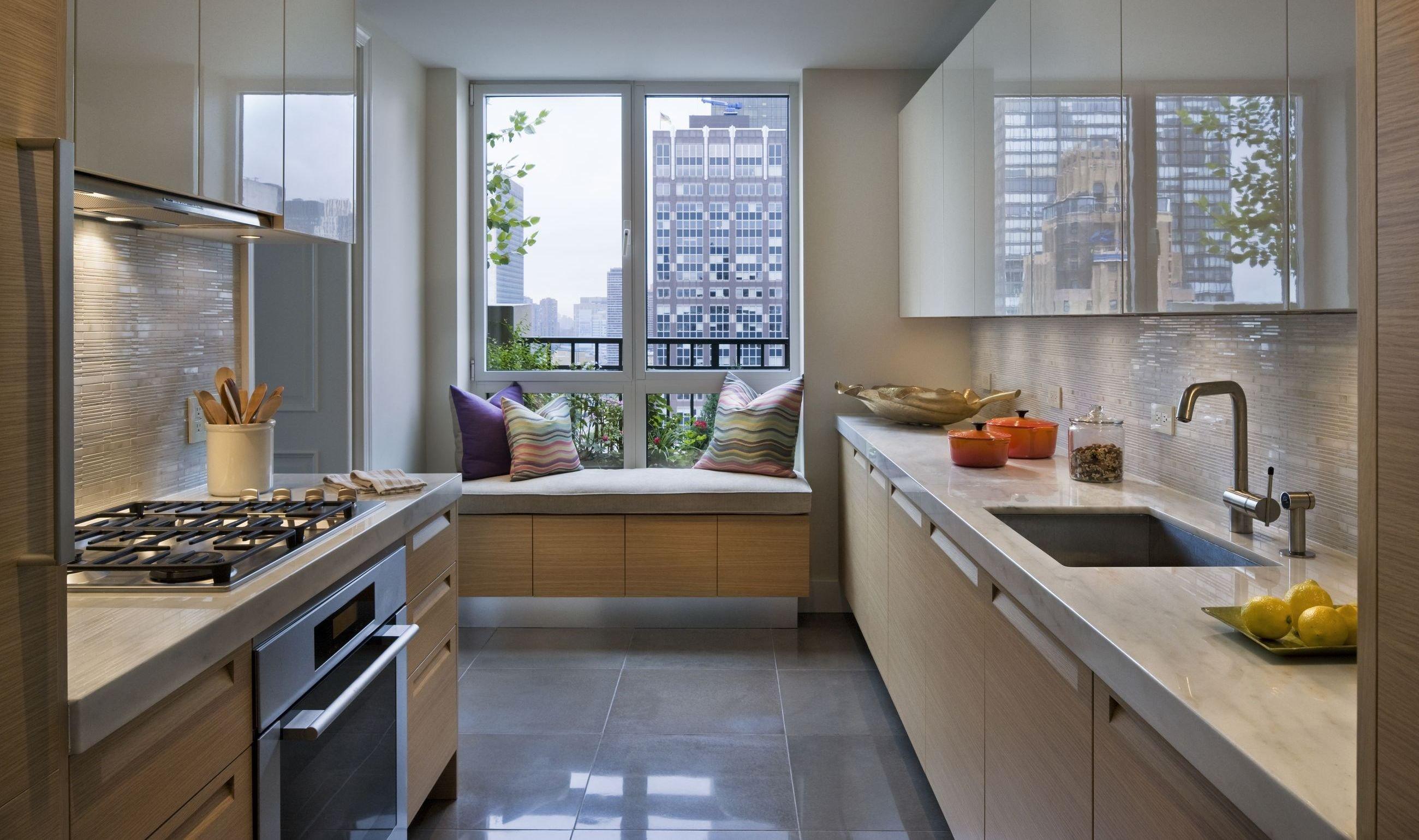 Угловые кухни с выходом на балкон фото