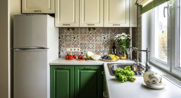 Угловая кухня с маленьким углом фото
